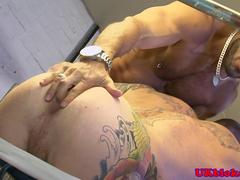 Muscled tattood queers in kinky threeway
